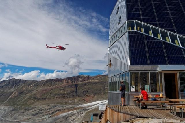 Die Rundflüge der Air Zermatt führen direkt an der Hütte vorbei
