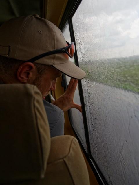 Notdürftige Versuche von Sascha, den Regen vom Innern unseres Autos fernzuhalten