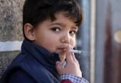 جب والدین خود بچوں کو سگریٹ پلاتے ہیں