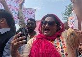 اڈیالہ جیل کے باہر مسلم لیگ نون کے کارکن،'وکیل صاب ساڈا کی قصور اے؟'