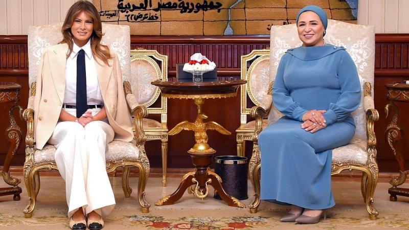 مصری خاتونِ اول کے ہمراہ۔