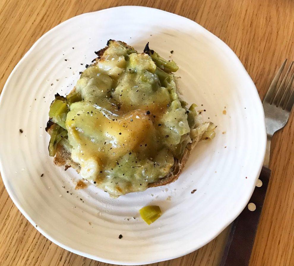 Cheesy leeks on toast