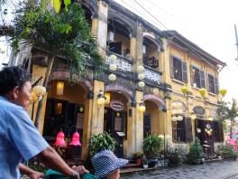 Хой Ан привечер. в повечето стари сгради са се настанили ресторанти, кафенета, барове и магазинчета.