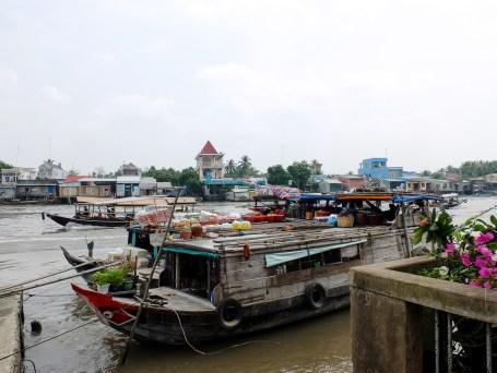 Лодки, които стават част от плаващите пазари