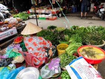 По островите в реката има пазари за пресни хранителни продукти - различни треви и подправки