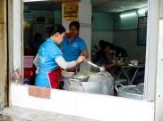 Храната в сайгон е навсякъде - на улицата, в малки кухни и по-скъпи ресторанти