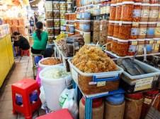 Пазарът Бен Тан - различни консервирани и сушени риби