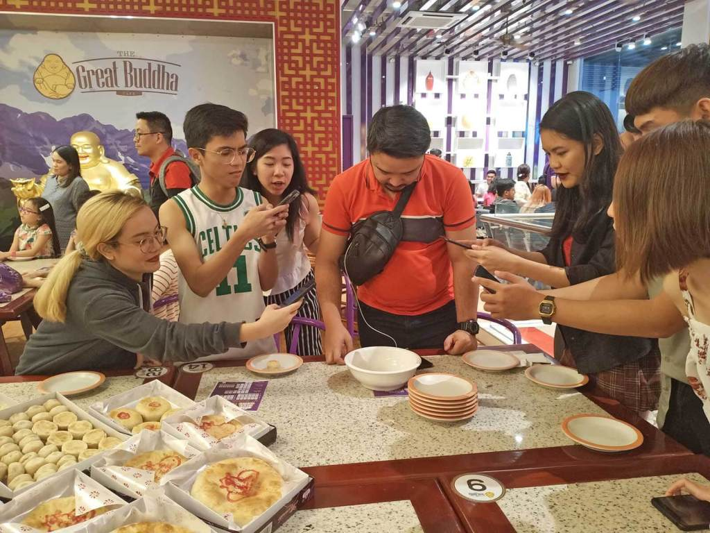 Mooncake Dice Game with Eng Bee Tin