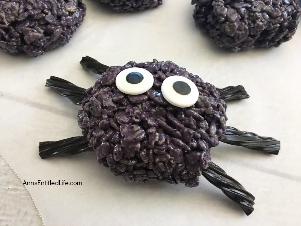 rice krispie treats are so versatile no party food list should be without a few themed treats i love these spooky spider treats from anns entitled life
