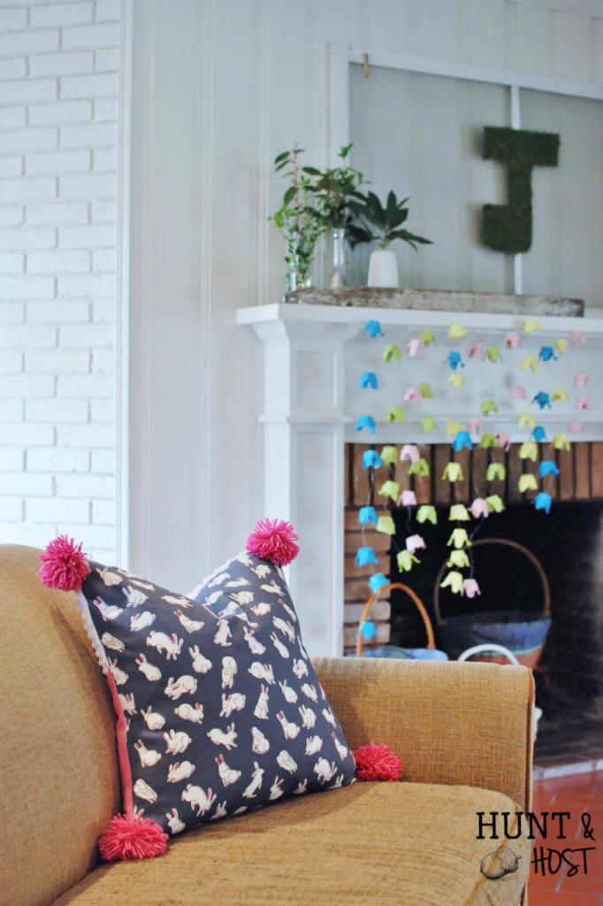 How to store and afford seasonal pillows. This pocket pillow tutorial does the trick! www.huntandhost.net