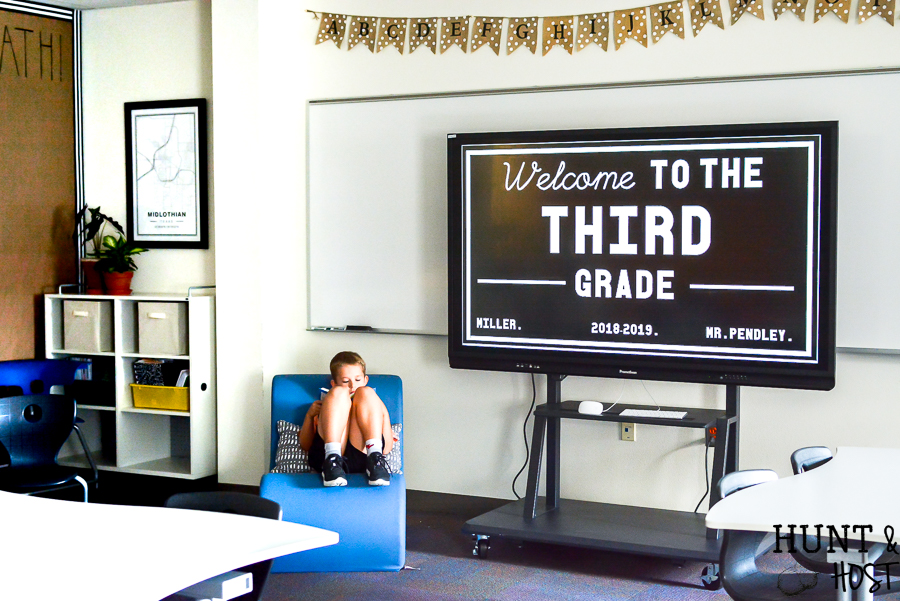The cutest farmhouse classroom you ever saw. Visit this school room inspired by Magnolia Market and Joanna Gaines. It will have you wanting to pack a lunch and go back to school with it's fresh black and white decor and trendy farmhouse vibe. #schoolhousetheme #joannagaines #farmhouseschooltheme #farmhousebulletinboard