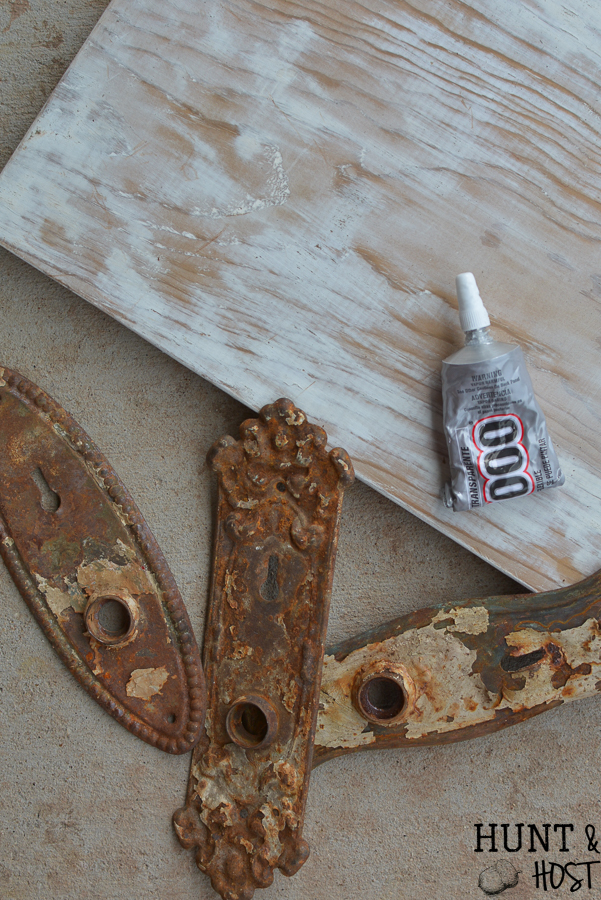 Easy DIY wall art from vintage hardware. Whip up some antique wall decor in no time with this simple idea made from vintage door know plates. #thrifted #walldecor #wallart #vintagehardware #upcycle #makeitnew #rustydecor