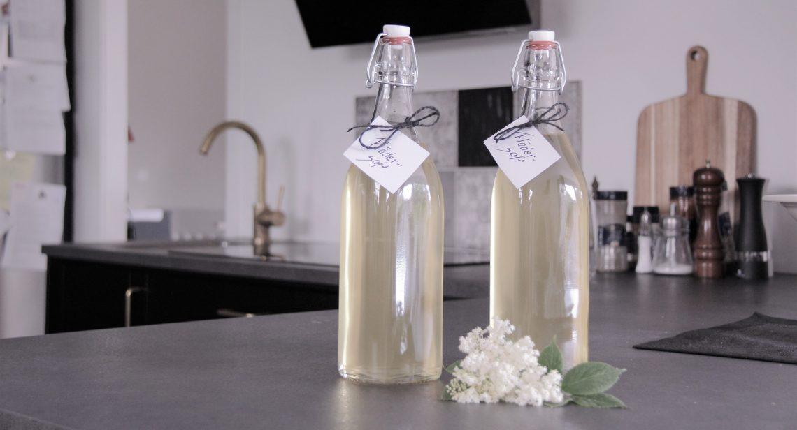 Två flaskor med saft av fläder.