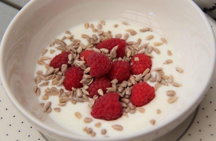 Yoghurt med hallon och solroskärnor.