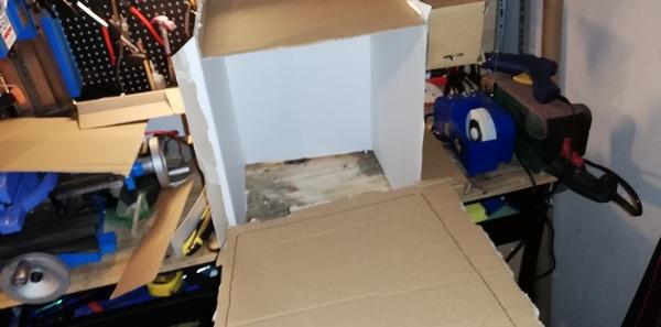 Laatikon leikkelyä