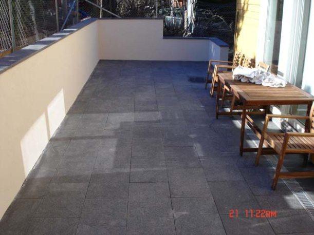 Stenlegging med granittsten på uteplass
