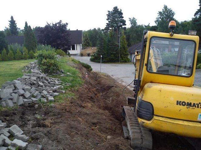 Gravemaskin graver grøft til fundamentering av betongsåle