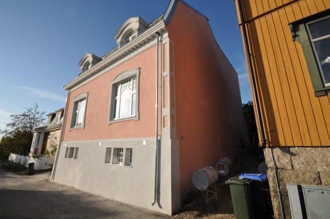 Ferdig pusset fasade mot nabo