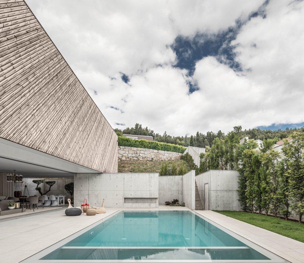 vue sur la piscine d'une villa moderne