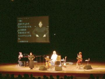 桑名さんの歌唱力に魅了されるコンサート会場 大型モニターを設置し手話やPC字幕で情報保障を行ないました。