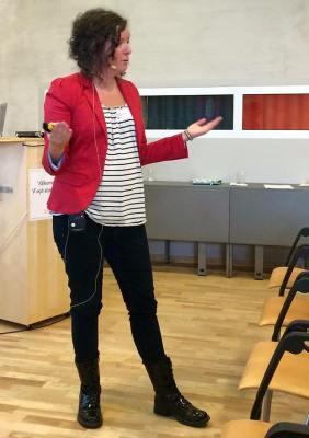 Maria Niemi föreläser om normkreativ kommunikation i Växjö. Foto: Weine Sundell