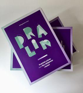 Omslaget av verktygsboken PraLin som är i lika och där titeln står i mintgröna, lite brokiga, bokstäver.