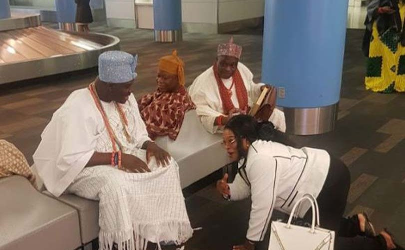 Beautiful Nigerian Woman Kneels For Ooni of Ife In America