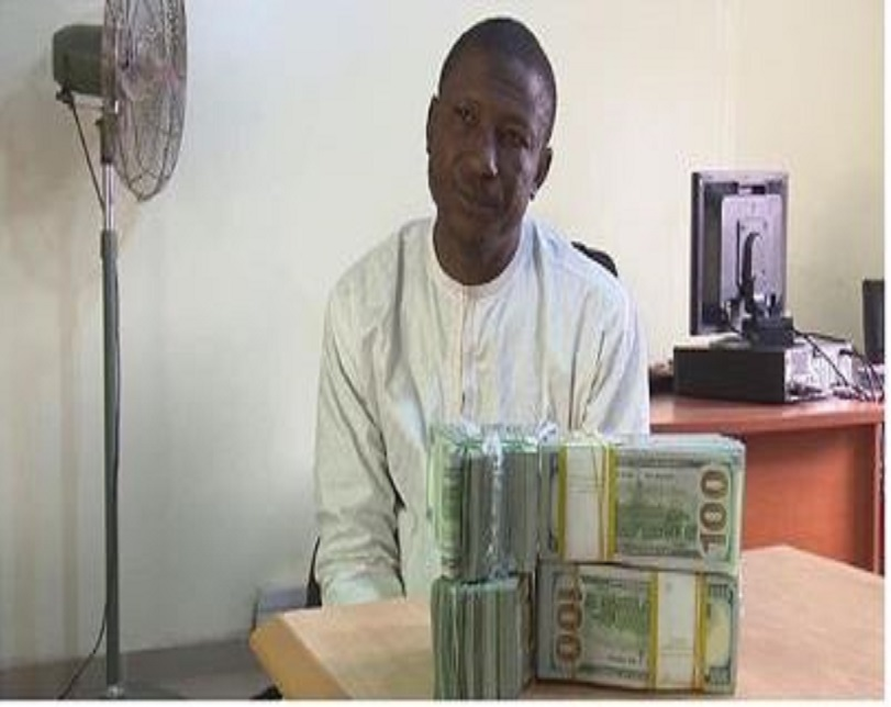 Photo Of Man Arrested With $207,000 Cash At Kano Airport By EFCC