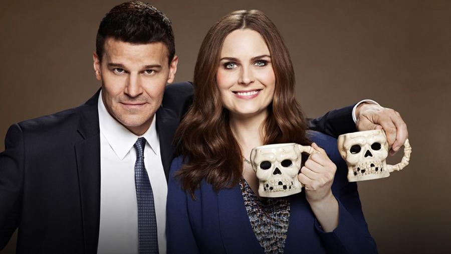 Bones promo - Booth e Brennan con le tazze a forma di teschio