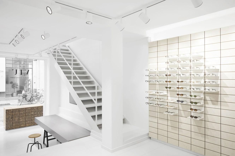 Minimalistisches Interior-Design gleichmäßig ausgeleuchtet: Der Flagshipstore in Kopenhagen, Dänemark. Besonderes Augenmerk wurde bei allen VIU Stores auf die blendfreie und homogene Präsentation der Brillen mit dem LED-Strahlersystem Onico gelegt. (Photo Credits: Sandra Kennel)