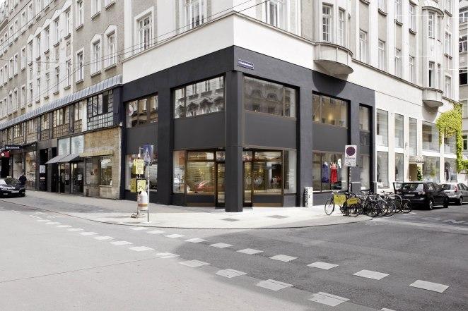 Klare Linien und angenehm helles Licht verleihen dem Flagshipstore in Wien, Österreich einen modernen und freundlichen Charakter. (Photo Credits: Sandra Kennel)