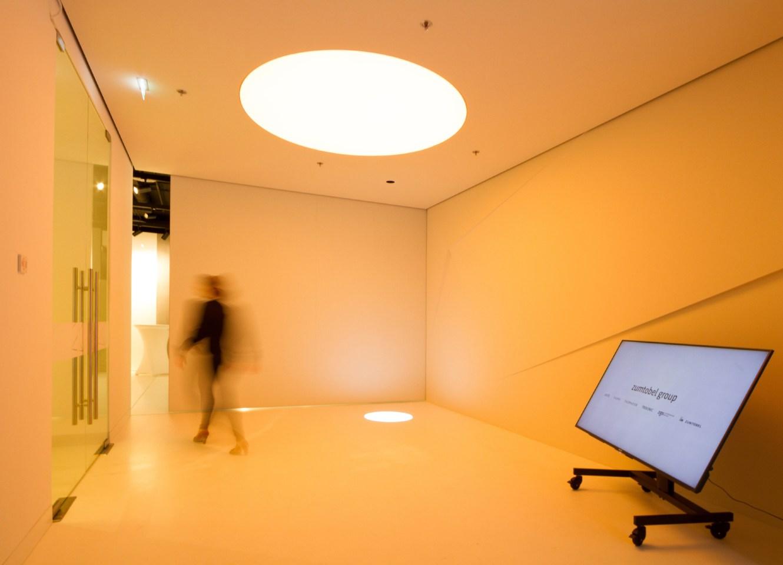 Im Licht-Erlebnisraum wird Licht als Werkstoff und als reine Materie völlig markenneutral gezeigt. (Bild: Zumtobel Group)