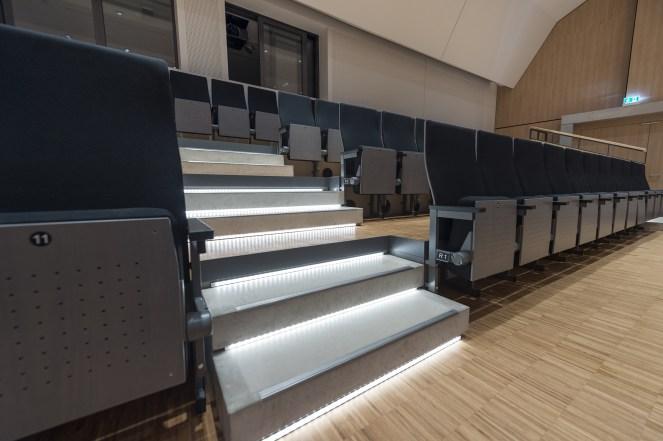 Auf der Empore und an der Bühne werden LED-Leuchten der GARindie-Serie als Sicherheitsbeleuchtung eingesetzt. Die Einbautiefe der Leuchten beträgt lediglich 10 mm. (Bild: Josef Barthelme GmbH & Co. KG)