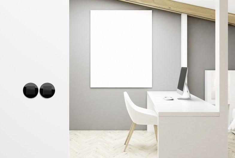 Für die Unterputzinstallation stehen Abdeckrahmen 1- bis 3fach in Glas Weiß und Glas Schwarz zur Verfügung. (Bild: Gira, Giersiepen GmbH & Co. KG)