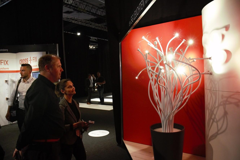 »Nano« von Sg Leuchten war auf der Architect@Work als Dekobaum mit LED Blüten in Szene gesetzt. (Bild: i-Magazin)
