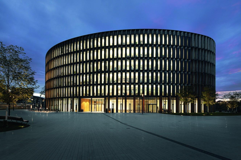 Das organische, ovalförmige Bauwerk wird vorderseitig vollflächig als Photovoltaik-Paneel genutzt. (Bild: HG Esch Photography)