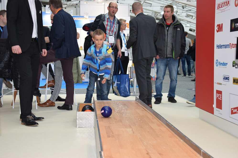 Regro überraschte auf der Smart Automation 2019 in Linz mit einer echten elf Meter langen Kegelbahn, die von groß und klein genutzt wurde. (Bild: Regro)