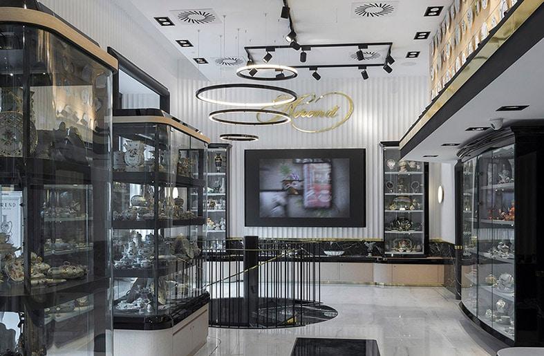 Vier Lichtringe mit Tridonic-Technologie veredeln den Hauptsalon des Herend-Stores in Budapest. (Bild: Herend)