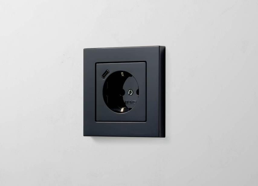 SCHUKO® Steckdose mit USB-C in A 550 in Schwarz. (Bild: Albrecht JUNG GmbH & Co. KG)