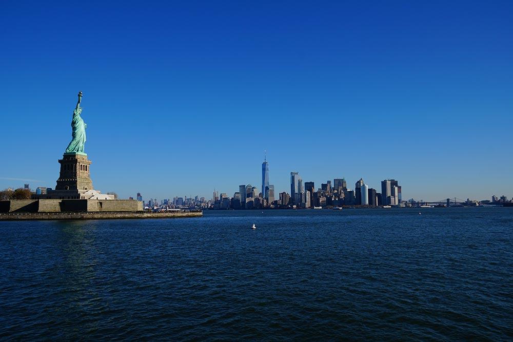 自由の女神像と摩天楼
