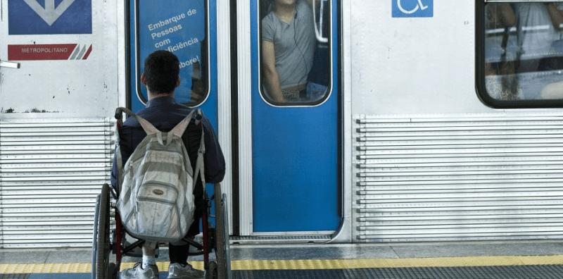 Cadeirante ou pessoa de cadeira de rodas no metropolitano