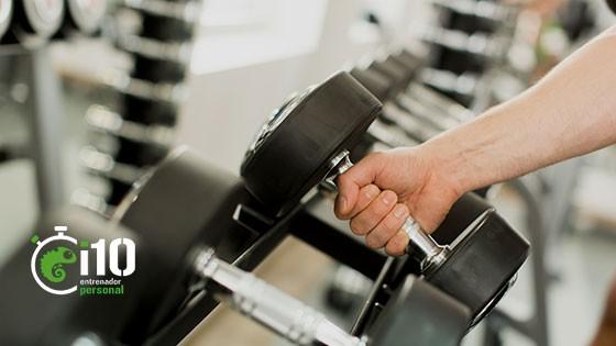 cogiendo pesas