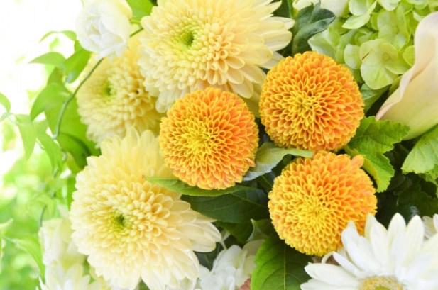 淡い色の供花