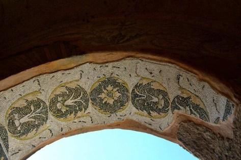 arco con mosaico