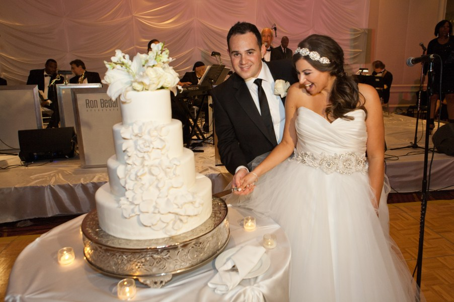 I Adore What I Love Blog // WEEKLY WINS #18 // Cutting the cake at Wedding // www.iadorewhatilove.com #iadorewhatilove