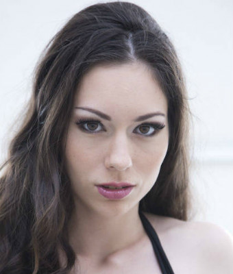 Headshot of Arwen Gold