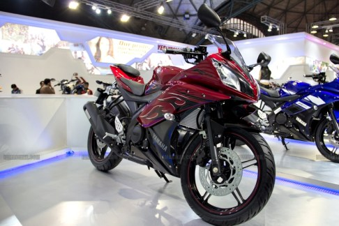 Yamaha R15 V 2.0 new colours red flame Auto Expo 2012 India 23