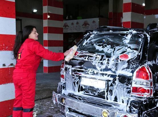 عاملات يقمن بخدمة غسيل السيارات في أول مغسل للسيارات مخصص للنساء في السويداء (خاص أنا إنسان).