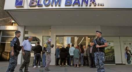 """""""شو هالذل""""..مشهد جديد على أبواب المصارف يغضب اللبنانيين"""