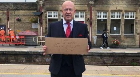سيرة ذاتية معروضة في محطة قطارات أنقذت بريطاني من البطالة